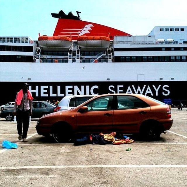 Ferry que lleva a los migrantes a Atenas