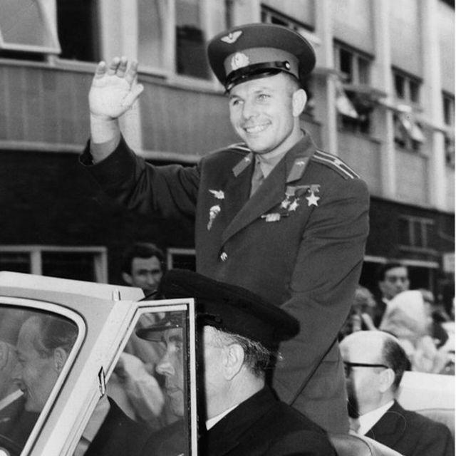 Yuri Gagarin en un desfile Gagarin, alunizaje, peligros, primer vuelo con tripulación, espacio