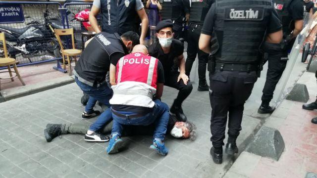 İstanbul'da bugün düzenlenmek istenen LGBTİ+ Onur Yürüyüşü'ne polis müdahale etti, çok sayıda kişi gözaltına alındı. Yürüyüşü görüntüleyen AFP foto muhabiri Bülent Kılıç, polis tarafından boğazına bastırılarak gözaltına alındı.