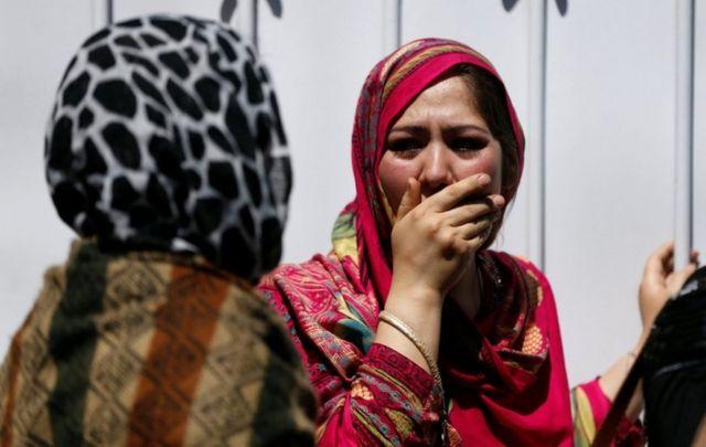 زنانی که بعد از انفجار کامیون حامل بمب، بیرون بیمارستان کابل در حال عزاداری هستند.