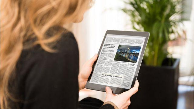 Una mujer con una tablet