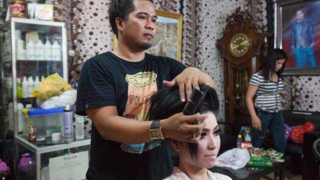 Nés dans un corps masculin mais assumant des rôles féminins, les calabai travaillent souvent dans des salons de beauté ou comme organisateurs de mariages.