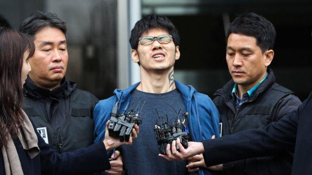 PC방 아르바이트생을 살해한 혐의로 구속된 피의자 김성수(29)가 21일 오전 서울 양천경찰서에서 서울남부지방검찰청으로 송치되고 있다