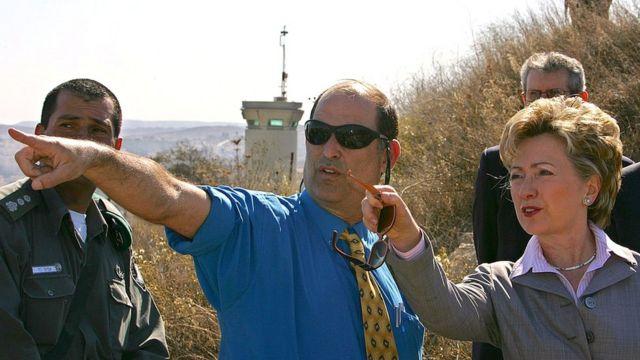 Dany Tirza le muestra el proyecto a Hillary Clinton en 2005.