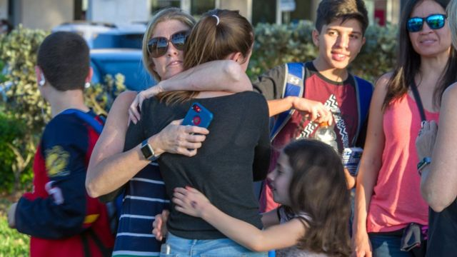 Dos mujeres se abrazan