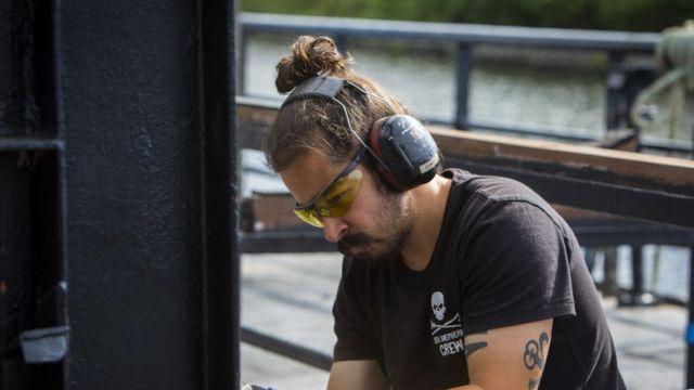 Guiga fazendo manutenção em navio da Sea Shepherd, em 2015