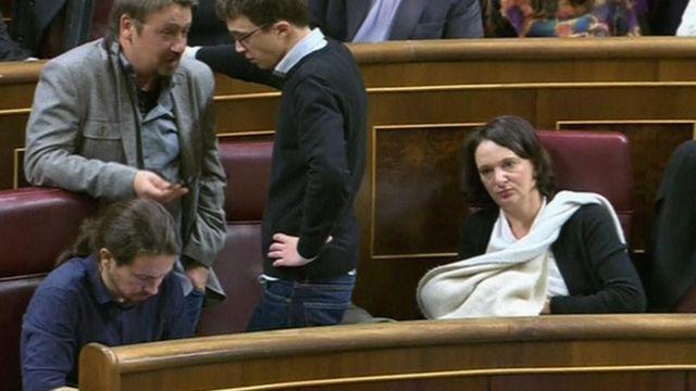 Carolina Bescansa breastfeeds in parliament (13 Jan)