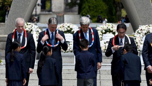 広島の原爆死没者慰霊碑を訪れたG7外相たち