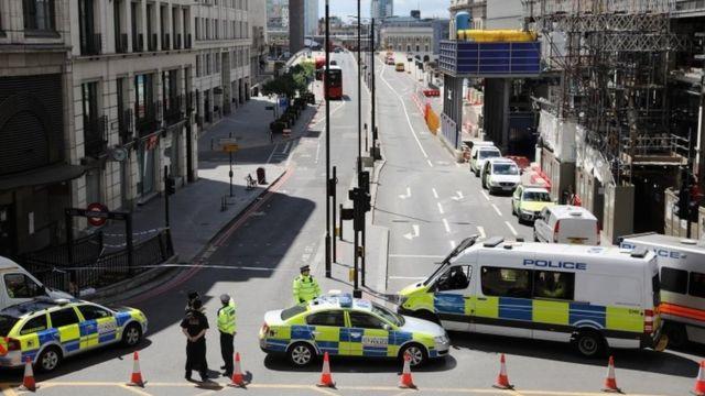 La policía cierra el lado norte del puente de Londres mientras los oficiales forenses trabajan después del ataque terrorista de la noche anterior el 4 de junio de 2017.