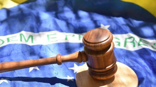 Martelo de juiz sobre bandeira nacional