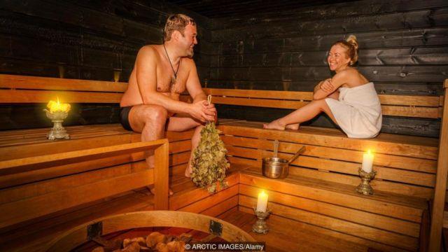 핀란드 사우나 문화는 개인을 드러내는 데에 아무런 문제가 없다는 것을 보여준다