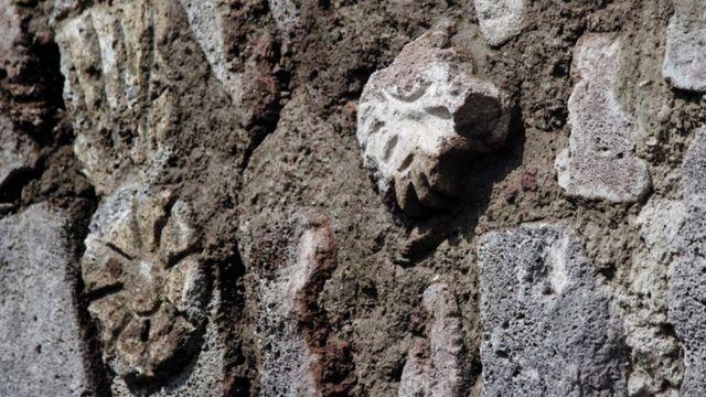 Piedras talladas en el Albarradón de Ecatepec