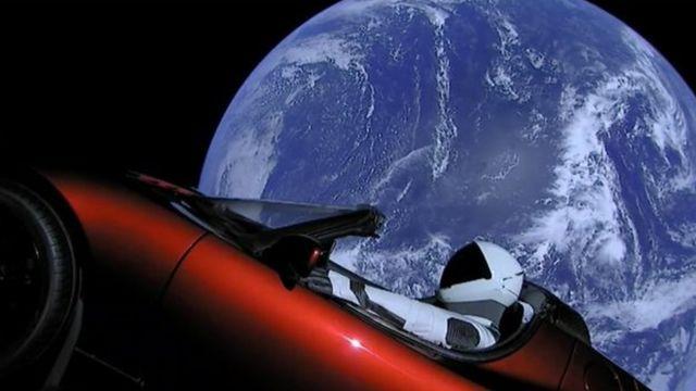 Falcon Heavy Musk'ın spor arabasını uzaya fırlattı