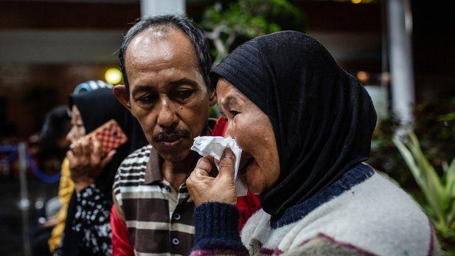 بستگان قربانیان در انتظار خبری از آنها