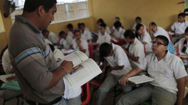 Maestro frente a una clase en México
