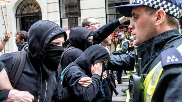 Manifestantes da extrema-direita durante evento em Londres