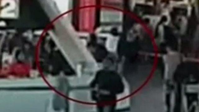 据闭路电视录像片段显示,当两名女性接近金正南时,其中一人在金正南的脸上抹了一些东西。