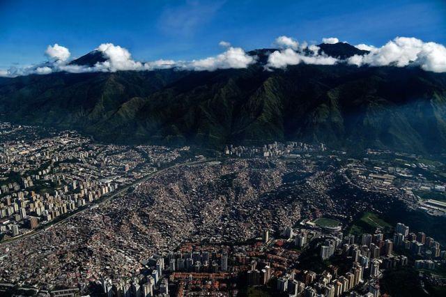 Vista aérea del barrio Petare, en Caracas, Venezuela.
