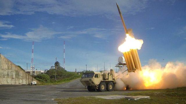 米国の最新鋭地上配備型迎撃システム、終末高高度域防衛(THAAD)ミサイル発射の様子。米国防総省配布。