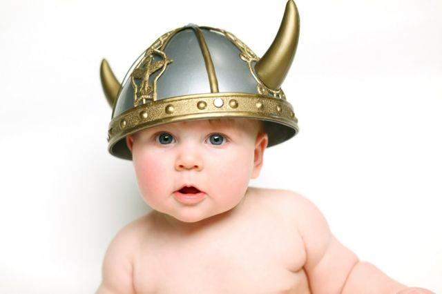 Bebê com capacete de viking