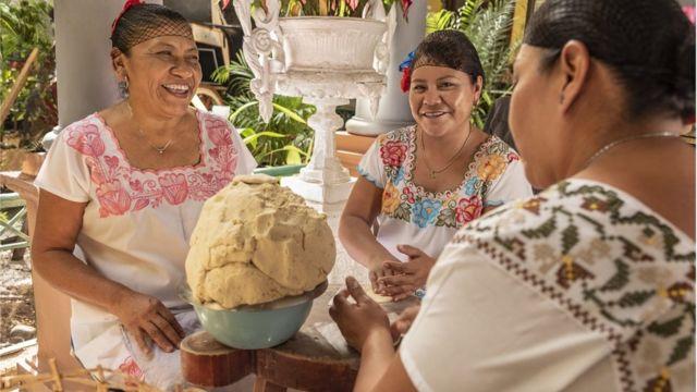 Mujeres mexicanas haciendo tortillas
