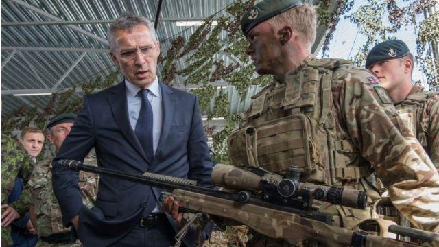 Генсек НАТО Йенс Столтенберг инспектирует базу в Тапа