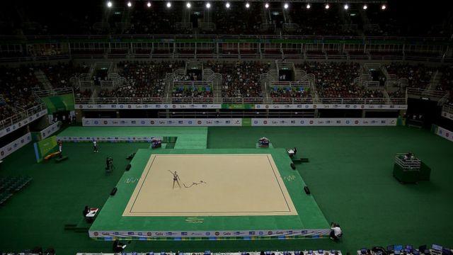 Vista interna da Arena Olímpica do Rio, durante as qualificações para a ginástica rítimica