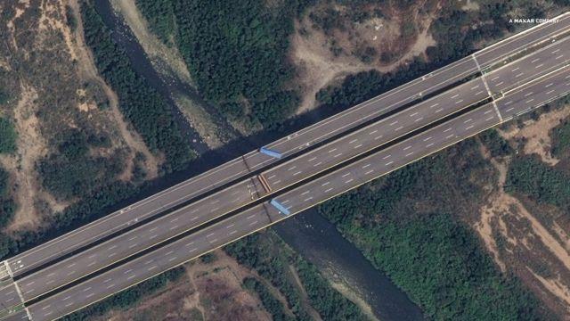Vista aérea del puente Tienditas bloqueado por camiones cisternas.