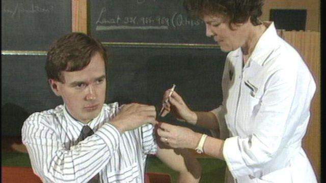 गर्भनिरोधक इंजेक्शन लगाती हुए एक नर्स