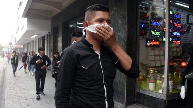 Un hombre se cubre la boca
