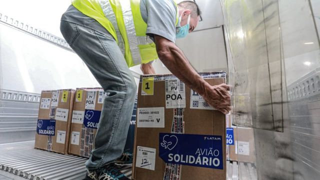 Chegada de doses da Pfizer a Porto Alegre, em 10 de maio