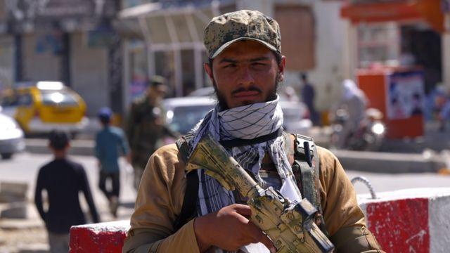 Taliban korumaları Kabil'de devriye geziyor.