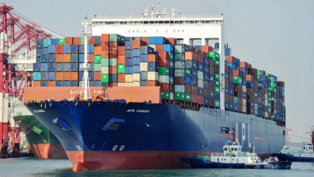 Navio de mercadorias em porto chinês
