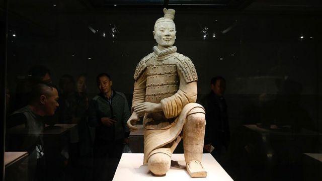 Hơn 1.5 triệu người tới thăm địa điểm khai quật tượng chiến binh đất nung ở Tây An hàng năm - và các tượng này đã thu hút vô cùng nhiều người tới các bảo tàng trên khắp thế giới.