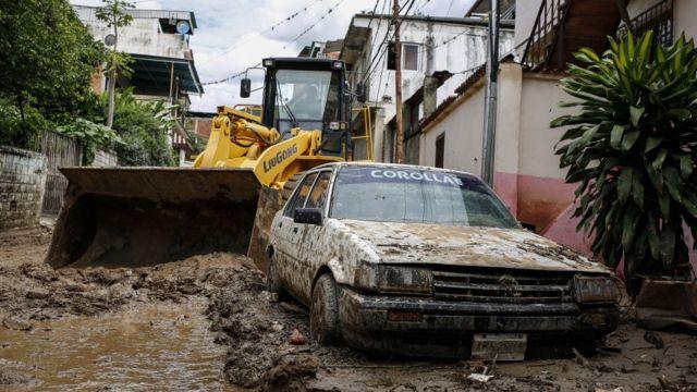 Un automóvil enterrado en el lodo en la parroquia de Macarao en Caracas, Venezuela 25 de junio 2021