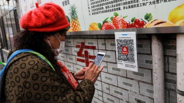 Mujer china con smartphone