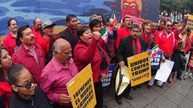 Mexicanos que protestan contra Trump