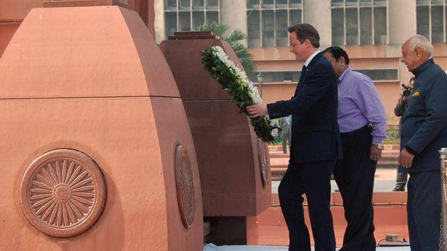 دیوید کمرون نخستین رئیس دولت بریتانیا بود که در محل این کشتار به قربانیان ادای احترام کرد
