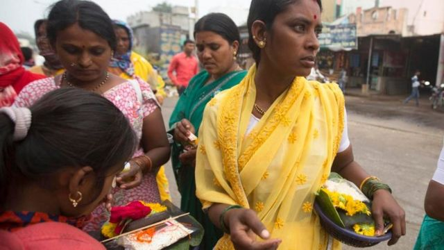 """نساء قرية """"شاني شينغنابور"""" الهندية"""