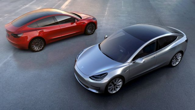 """Dos coches """"Model 3"""" de Tesla"""