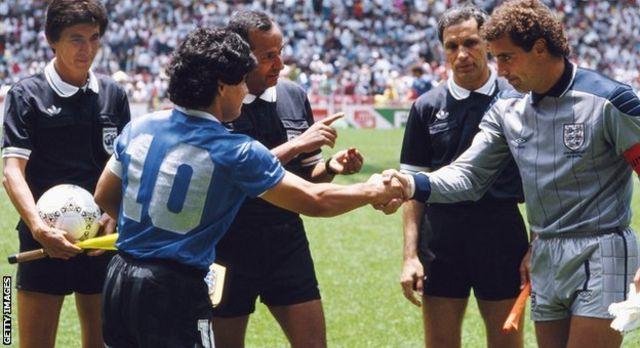 Diega Maradona na Peter Shilton wakisalimiana kwa mkono katika kombe la dunia la 1986 kombe la dunia