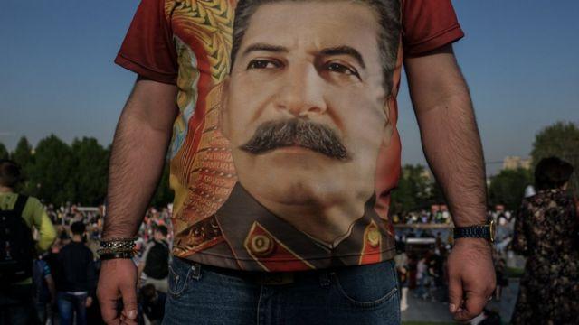 Человек в футболке со Сталиным