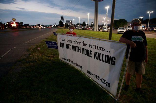 """""""Мы помним жертв… Но не нужно больше убийств"""", - надпись на плакате активистов, выступающих против смертной казни"""