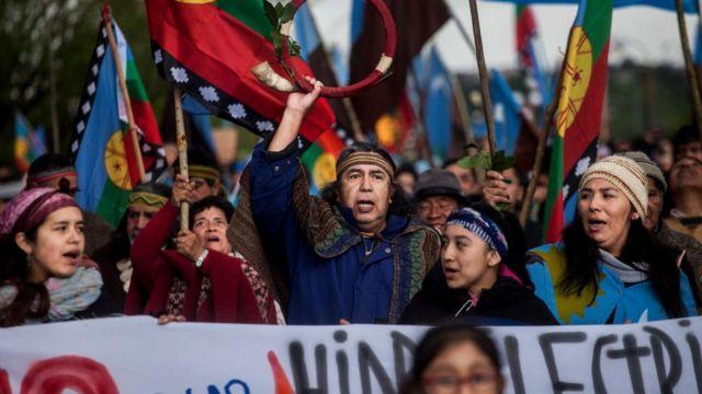 Şili'deki protesto gösterilerine yerli Mapuçe yerlileri de destek verdi