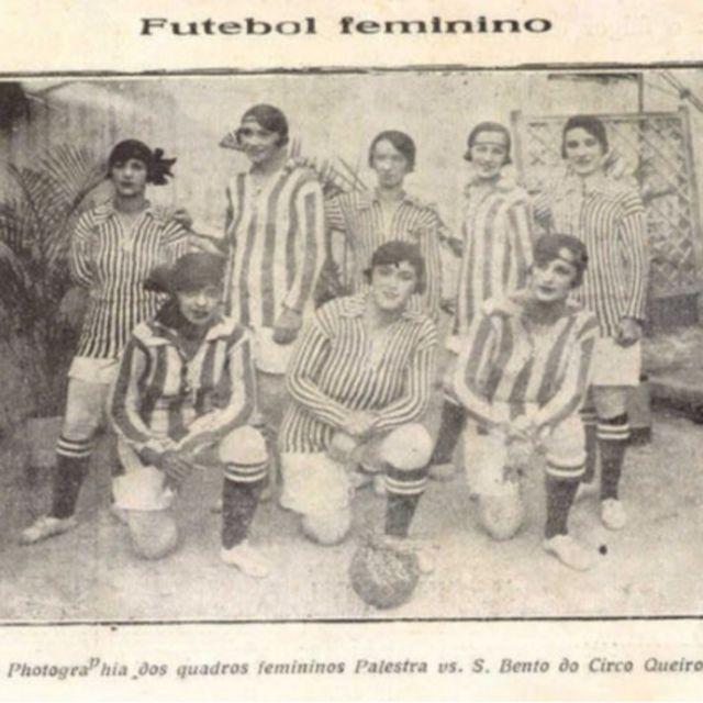 Foto de jornal com antigo time de futebol feminino