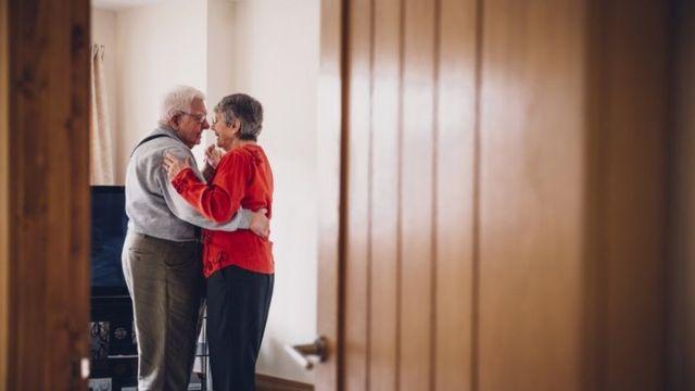 Casal dançando em imagem de arquivo