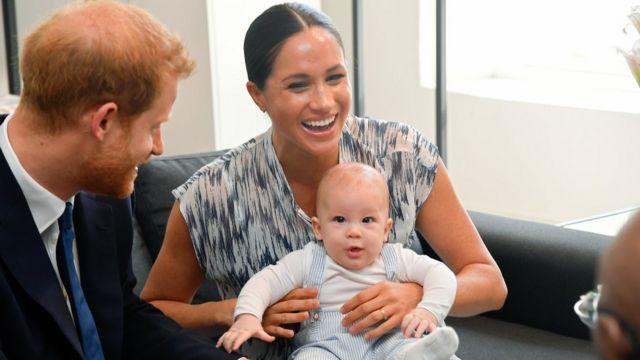 قال الأمير هاري إن اينه آرتشي الذي سيكون بعمر سنتين في مايو/أيار يردد الان بعض الكلمات مثل نخلة وبيت