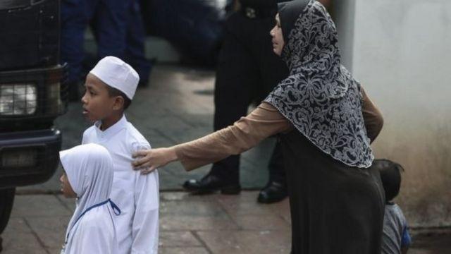 أحد طلاب المدرسة مع والدته