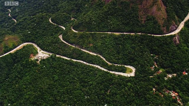 Carretera sinuosa en montaña