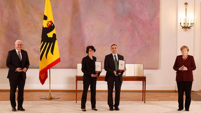 Almanya, Dr. Özlem Türeci ve eşi Prof. Dr. Uğur Şahin'e liyakat nişanı  verdi - BBC News Türkçe